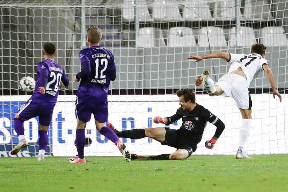 Szene vom Hinspiel: Sandhausens Fabian Schleusener (r.) trifft zum 2:0-Endstand für den SVS. Die Auer (v.l.) Calogero Rizzuto, Steve Breitkreuz und Martin Männel können dem Ball nur hinterherschauen.