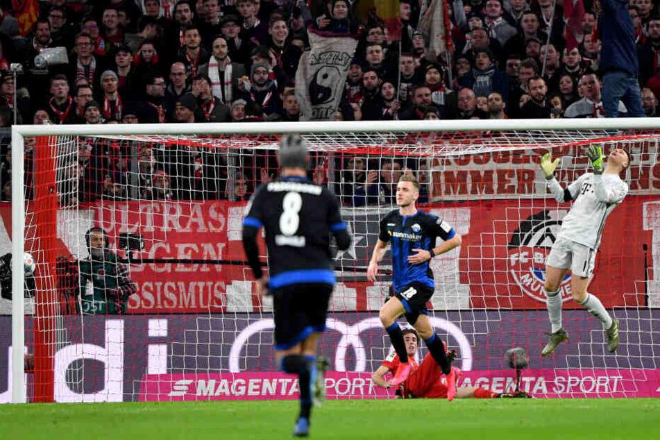 Dennis Srbeny (M) vom SC Paderborn 07 jubeln nach seinem 1:1 Ausgleichstreffer. Rechts springe Bayerntorwart Manuel Neuer in die Luft, während links noch der Ball im Netz hängt.