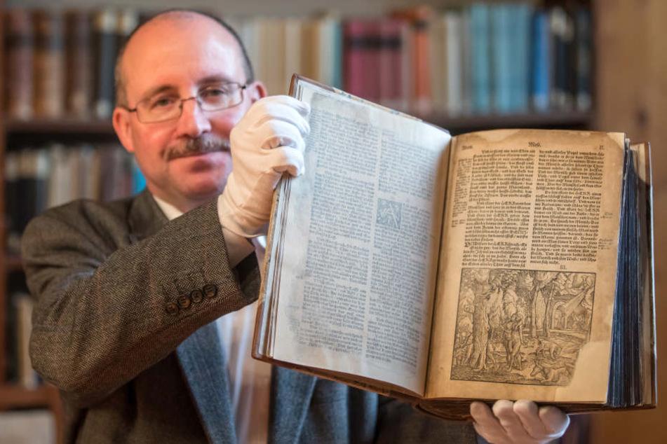 Die Bibel ist mit fast 500 Jahren die älteste Lutherbibel des Augustinerklosters.