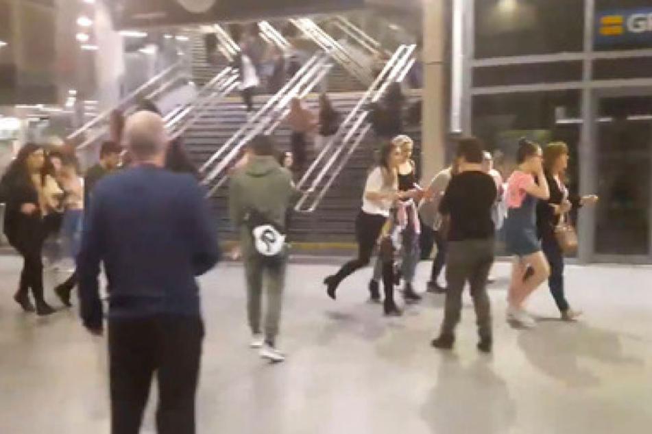 In zahlreichen Videoaufnahmen vom Konzert sieht man schreiende Besucher aus der Konzerthalle fliehen.