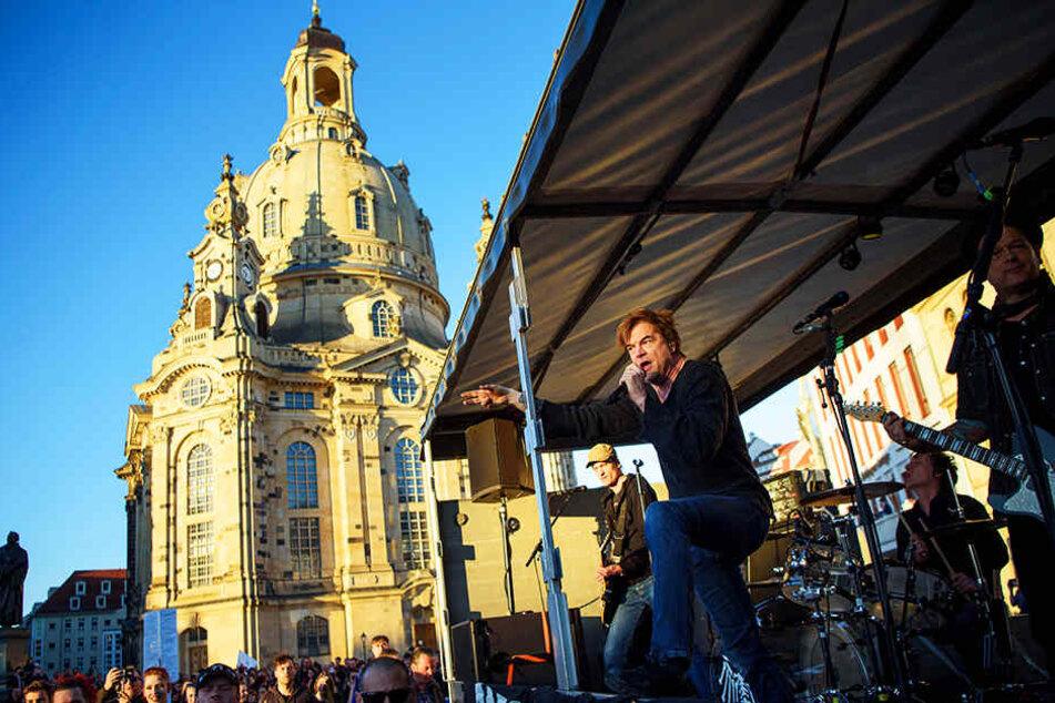 """Als absoluter Überraschungsgast sprengten die Toten Hosen die """"NOPE""""-Demo in Dresden."""