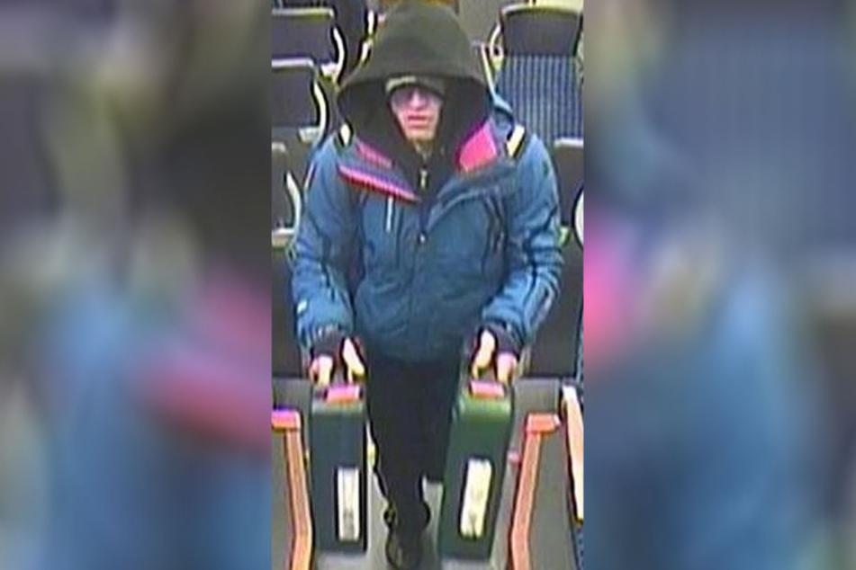 Eine Überwachungskamera in der S-Bahn nahm den Unbekannten mit den Werkzeugkoffern auf. Die Bundespolizei sucht nach ihm.