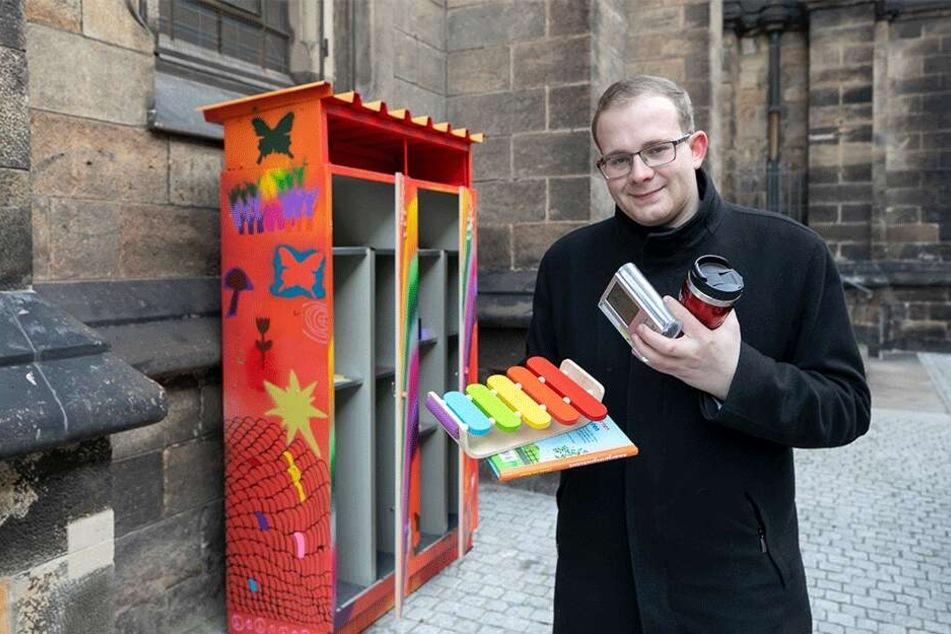 Eventmanager und Linken-Politiker Christopher Colditz (26) kümmert sich um Dresdens neuen Tauschschrank an der Martin-Luther-Kirche.