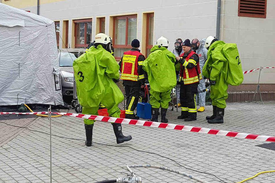 Einige Kameraden der Feuerwehr mussten für den Einsatz Schutzanzüge tragen.