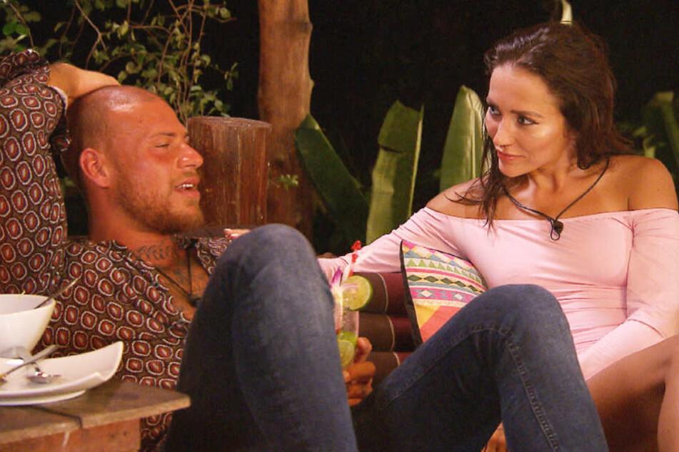 Hier war noch alles gut: Der selbsternannte Macho und das Playboy-model am Flirten.