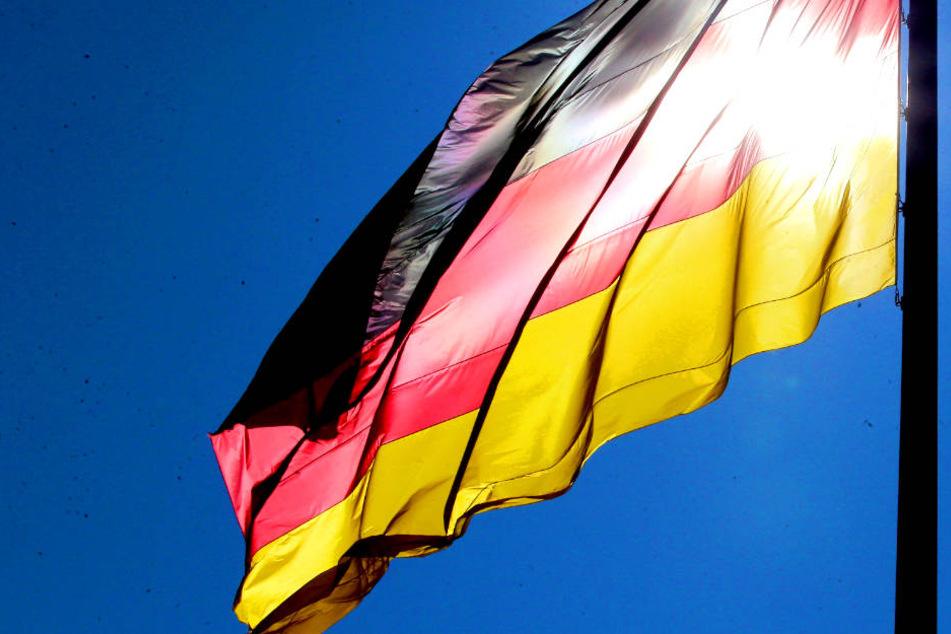 Mann zerschneidet Deutschlandfahne: 2500 Euro Strafe