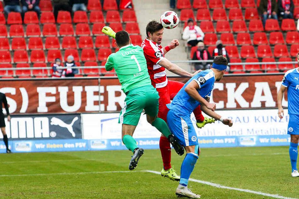 FSV-Sturmtank Ronny König (2.v.l.) kann den Ball nicht an Sportfreunde-Keeper Steve Kroll vorbei und ins Tor bugsieren.