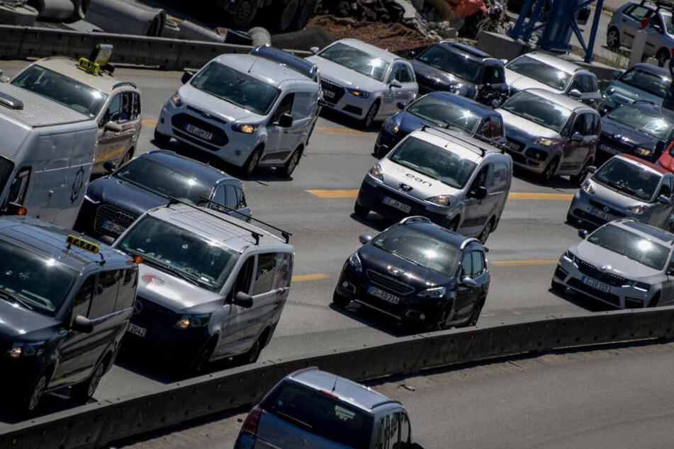Autos stauen sich an einer Baustelle auf der A7 an der Autobahnausfahrt Stellingen.