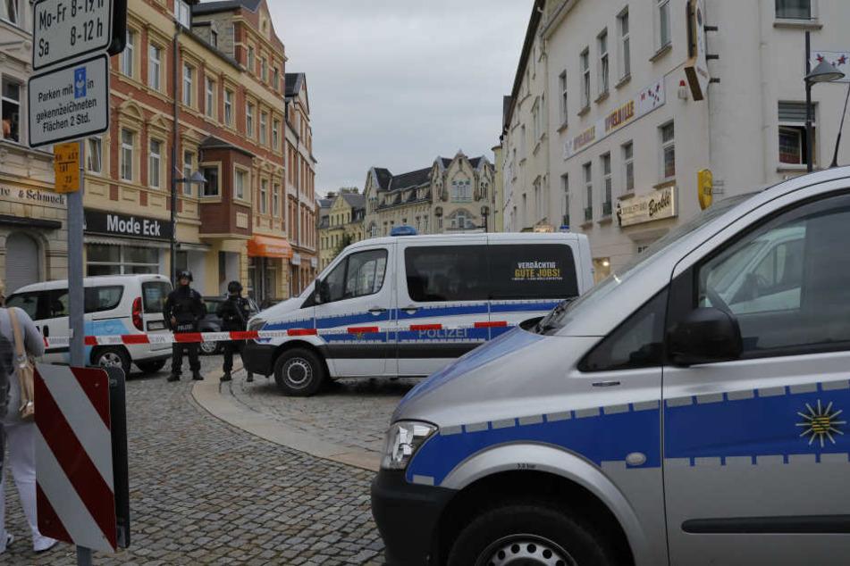 Auf der Suche nach Hardy G. (29) riegelte die Polizei auch die City von Limbach-Oberfrohna ab.