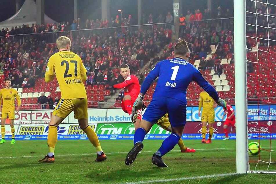Das 1:0 für den FSV Zwickau! Nils Miatke (rotes Trikot) überwindet Großaspachs Schlussmann Kevin Broll.