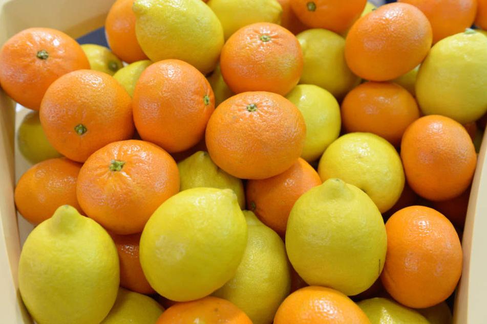 Zitrusfrüchte sind reich an Vitamin C. Dieses Vitamin ist neben anderen wichtig für eine gesunde Haut.