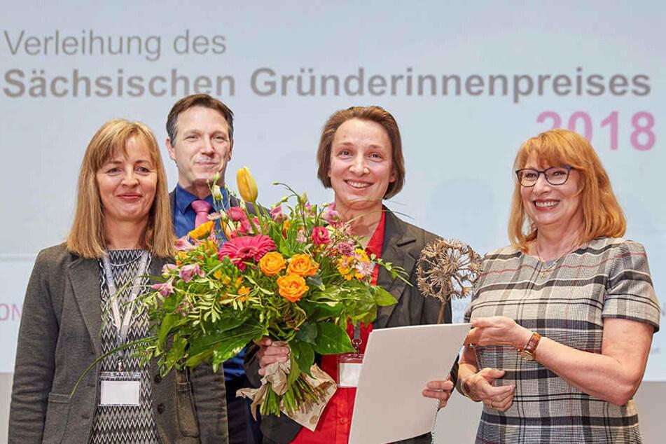 Die strahlende Siegerin Susann Mütze (35, 2.v.r.) aus Kamenz mit Ministerin Petra Köpping (59, r.) , Marketing-Professor Ralph Sonntag und Mauela Salewski (l.) von der Handwerkskammer.