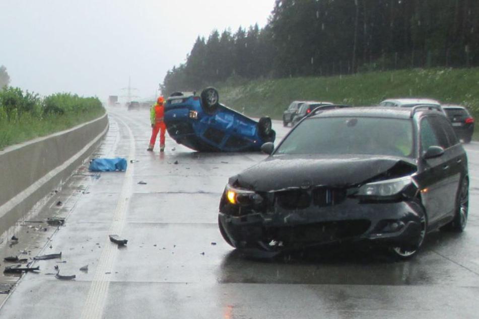 Der Dacia (hinten) landete nach dem Unfall auf dem Dach.