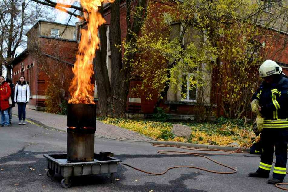 Dieter Kermis demonstriert, was bei der Explosion einer Spraydose passiert.