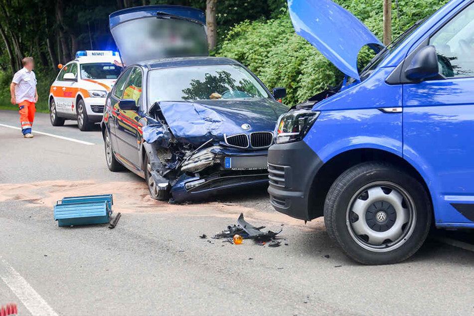 Der BMW und der VW stießen frontal zusammen.