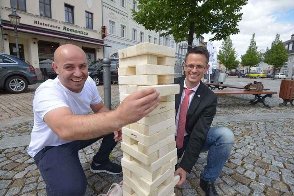 Restaurant-Chef Ismani Bujar (links) und Werdaus Oberbürgermeister Stefan Czarnecki  mit dem Riesen-Jenga-Turm.