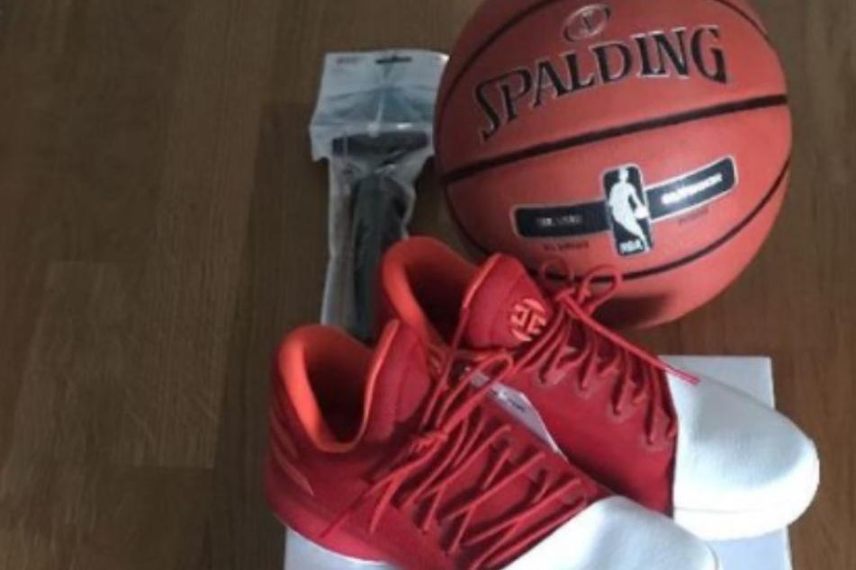 Neben Schuhen bekam Tarik auch noch einen neuen Rucksack und einen Basketball.