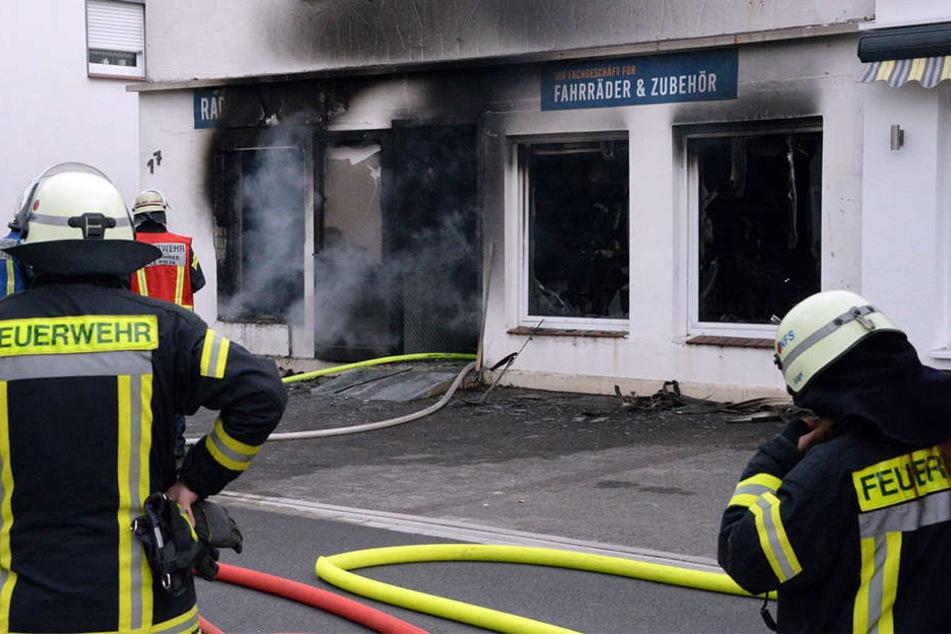 Das Feuer brach vermutlich in dem Fahrradladen im Erdgeschoss aus.