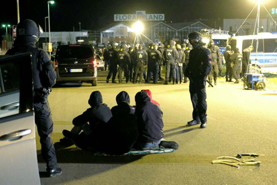 Nahe einem Baumarkt wollten sich Fans beider Lager prügeln. Die Polizei griff zu.