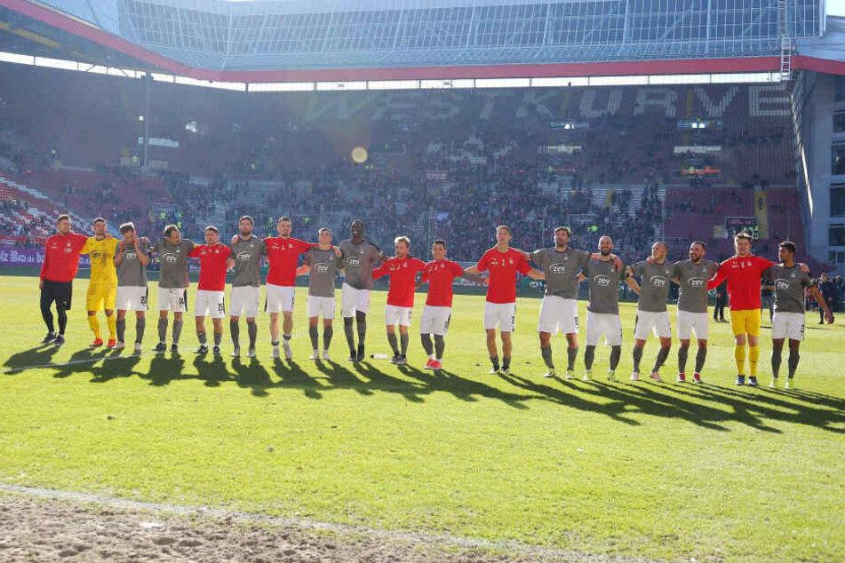 Die FSV-Kicker zeigten sich nach dem Punktgewinn stolz und glücklich vor den mitgereisten Fans.