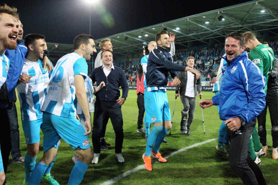 Thomas Sobotzik (M.) feierte mit den Himmelblauen nicht nur den Aufstieg, sondern auch den Einzug ins Sachsenpokalfinale.