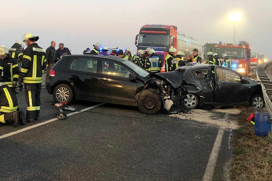 Auf der B13 ist ein Auto in den Gegenverkehr geschleudert. Beide Fahrer wurden verletzt.