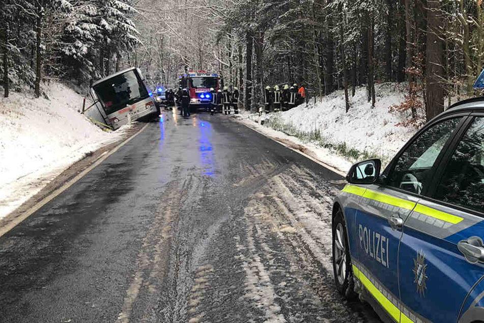 Schulbus will Winterdienst Platz machen und landet in Graben