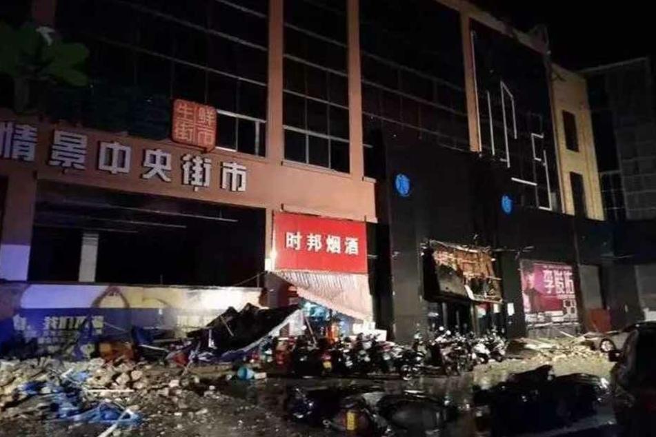 Drei Menschen Menschen kamen bei dem Einsturz eines dreistöckigen Hauses in der chinesischen Millionenmetropole Bose ums Leben.