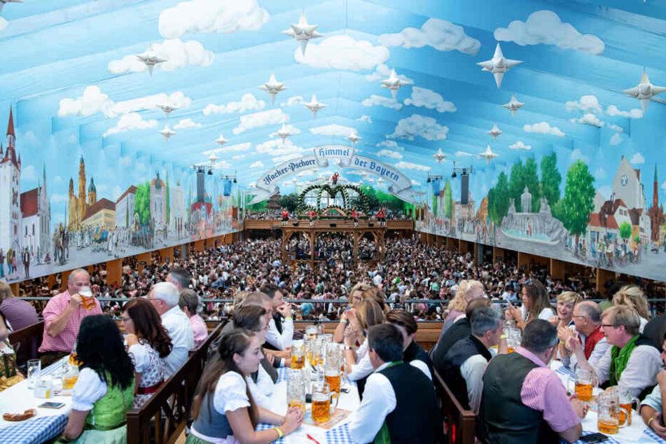 """Besucher sitzen im """"Himmel der Bayern"""" gemütlich zusammen."""