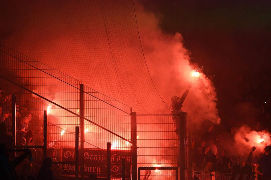 Vor dem Pokalspiel gegen den HSV brannten Zuschauer im HFC-Block Bengalische Feuer ab. Auch für diesen Vorfall bittet der DFB den Drittligisten jetzt zur Kasse.