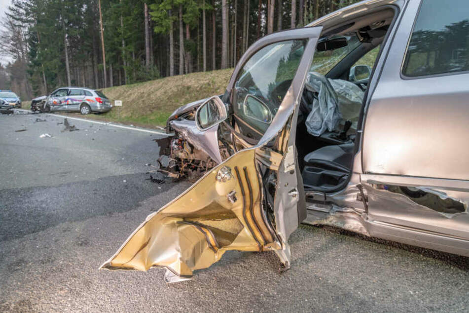 Die Autos wurden durch den Aufprall durch die Gegend geschleudert.