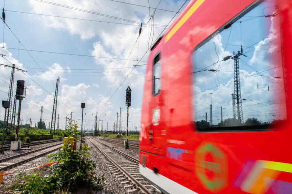 Mann onaniert 20-Jährige in S-Bahn aufs Knie: Polizei rätselt weiter