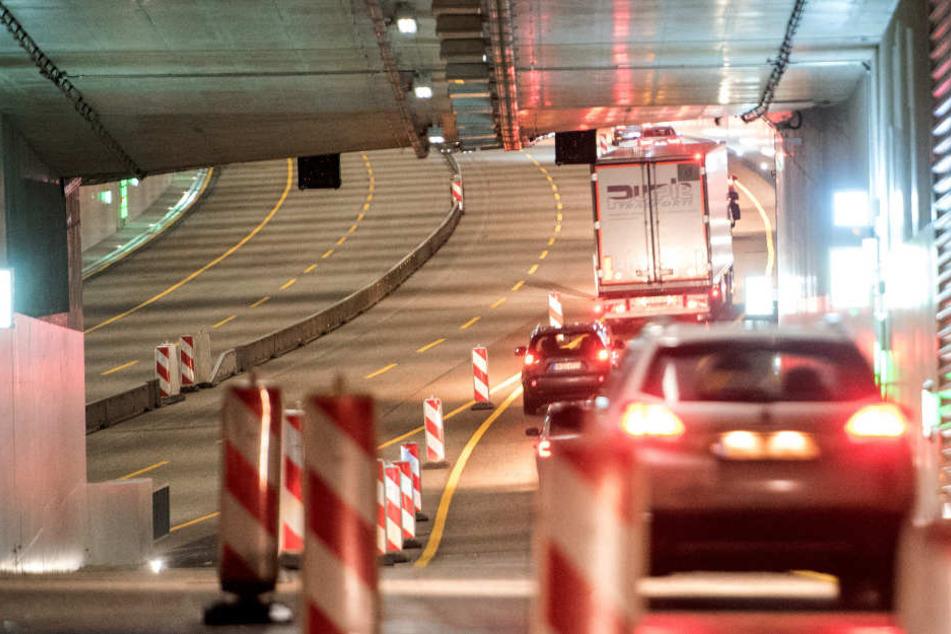 Der Verkehr rollt durch den neuen Lärmschutzdeckel auf der A7.