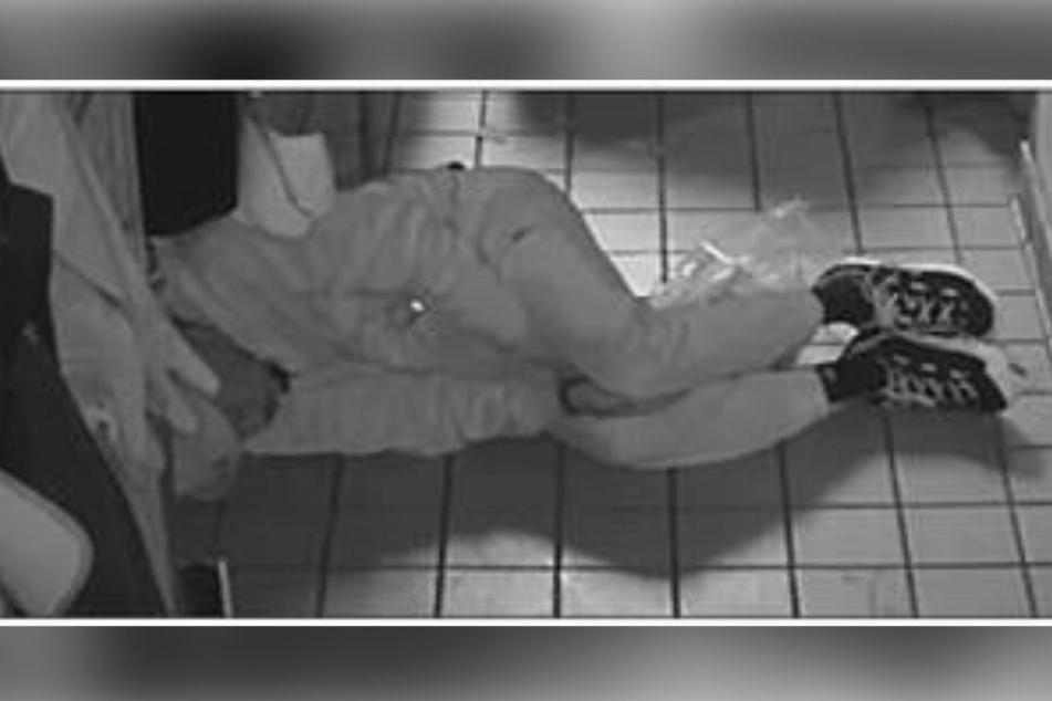 Nach einer deftigen Mahlzeit muss man sich erstmal ausruhen. Der Einbrecher in der Küche des Taco Bells.