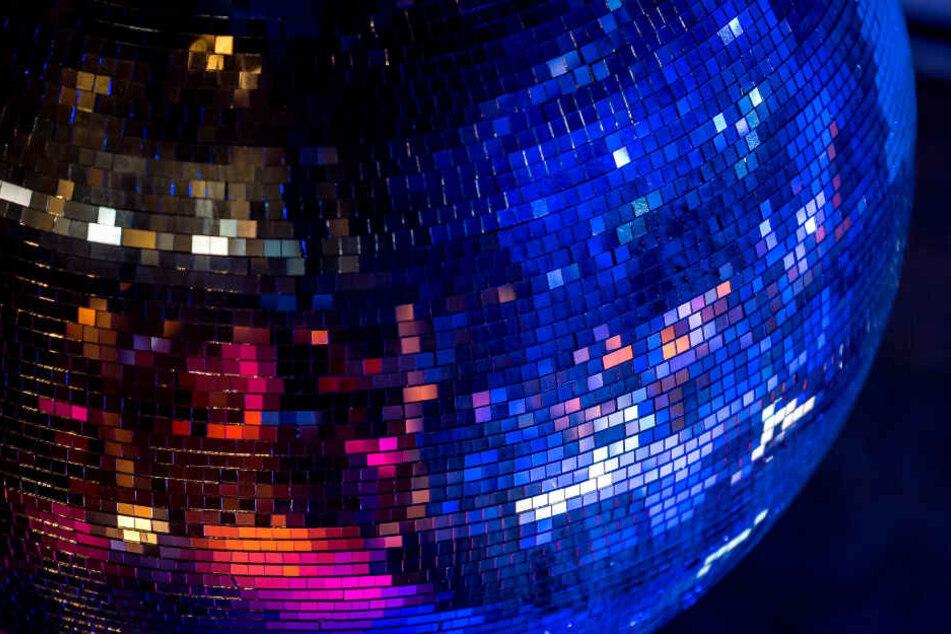 Eine Discokugel in einer Discothek. (Symbolbild)