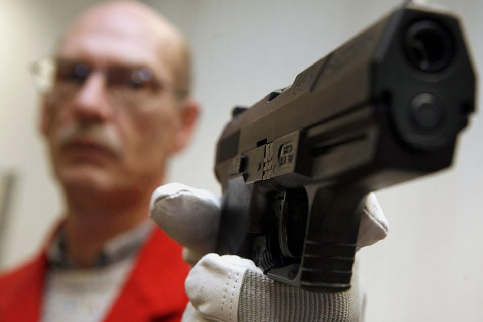 Auch die falsche Pistole konnte den Kunden nicht abschrecken. Er konnte den Spirituosen-Diebstahl verhindern. (Symbolbild)
