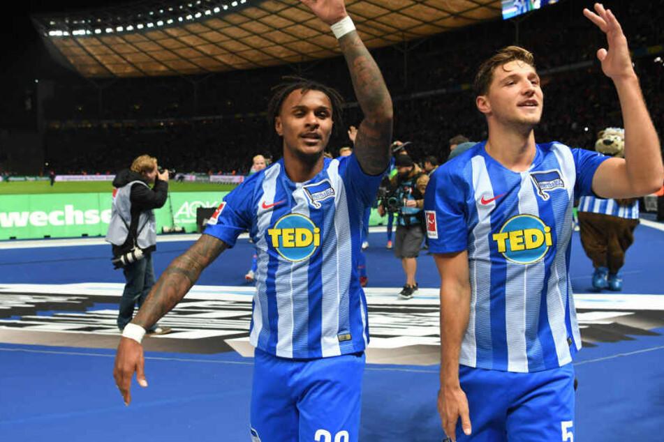 Lazaro und Stark feiern vor der Ostkurve den Sieg gegen Bayern.
