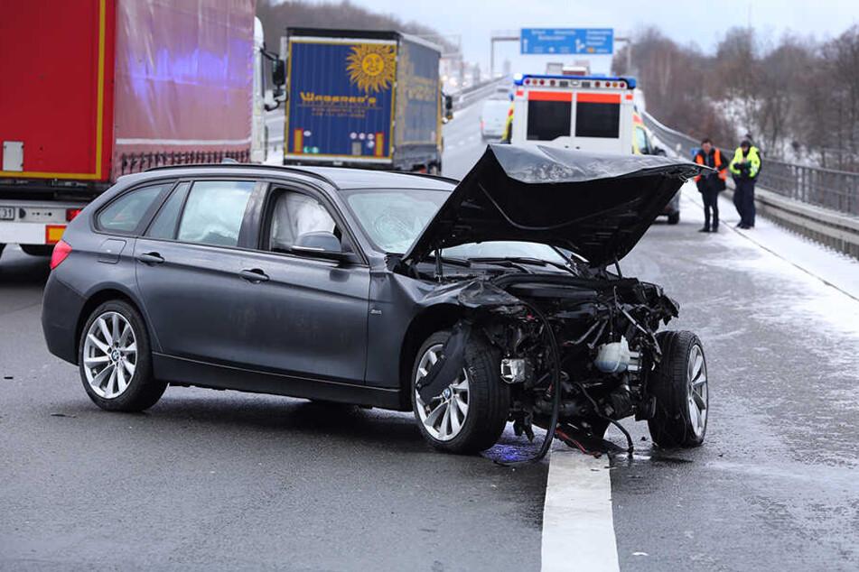 Der BMW blieb deutlich beschädigt quer auf der Fahrbahn stehen.