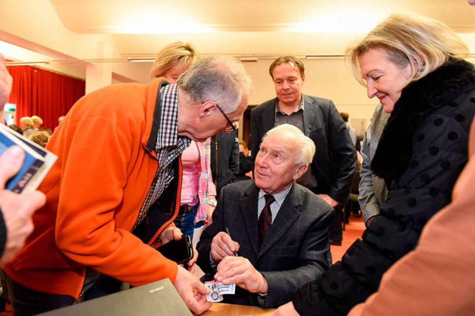 Signierstunde im Raumfahrtmuseum: Sigmund Jähn hat Fans in Ost und West.