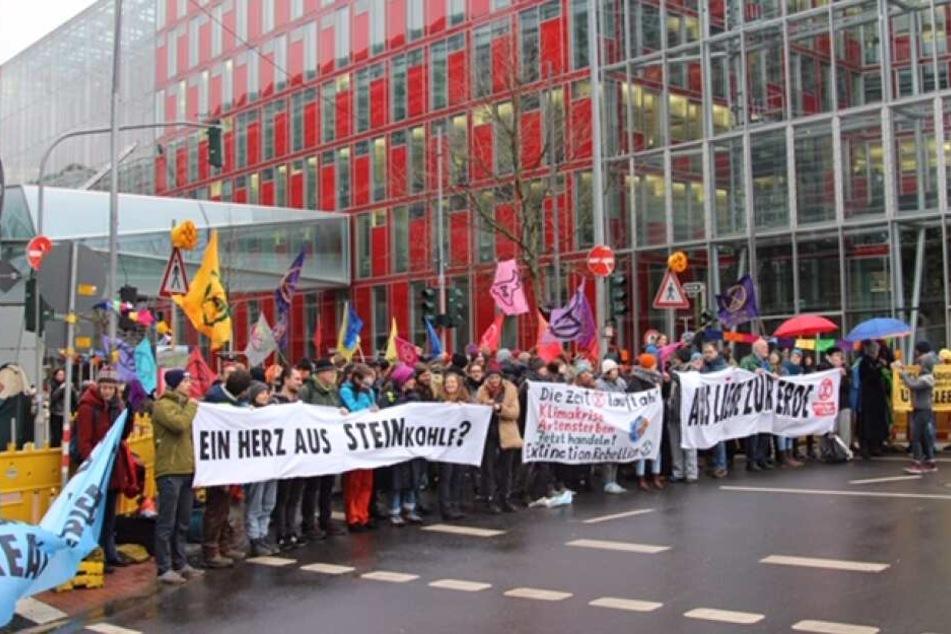 """Rund 200 Menschen hatten vor der Uniper-Zentrale gegen das Kraftwerk """"Dattteln 4"""" protestiert."""