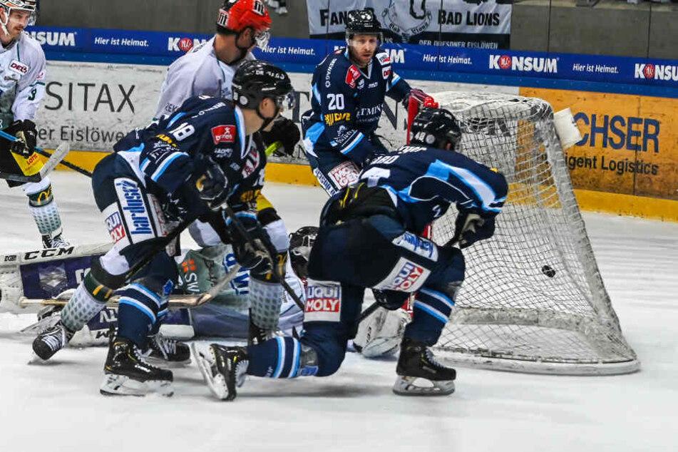 Drei Eislöwen in Blau vorm Bietigheimer Kasten und schon ist die Scheibe drin. Klingt einfach, aber so war's im Schlussdrittel, in dem den Dresdnern plötzlich fast alles gelang.