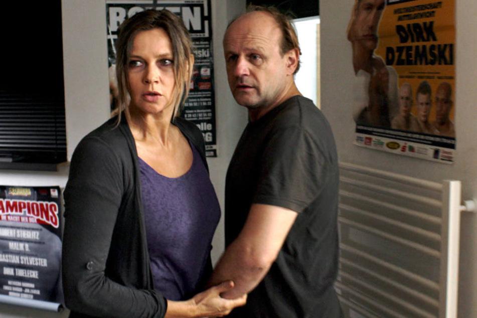 Annett Gräber (Veronica Ferres, l.) holt ihren Mann, Ronald Gräber (Oliver Stokowski, r.), aus dem Boxclub und beschimpft seine Freunde.