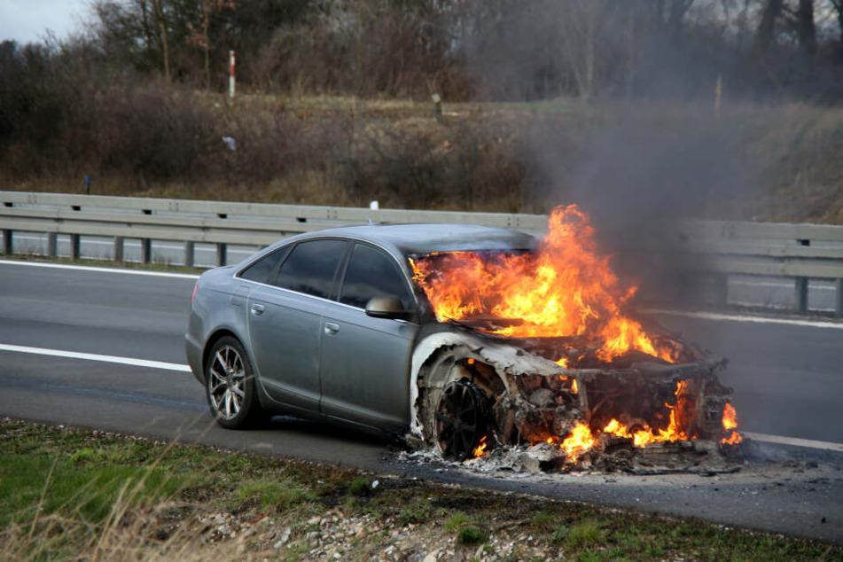 Der Audi brannte durch die Flammen fast komplett nieder.