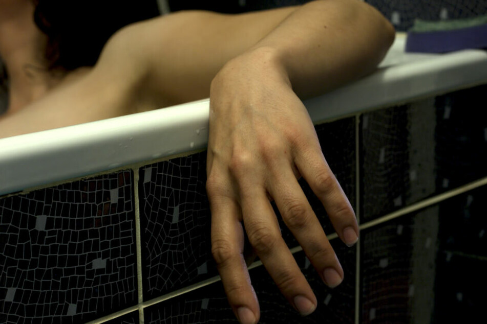 Der Mann und seine Geliebte sollen die Ehefrau in der Badewanne ertränkt haben (Symbolbild).