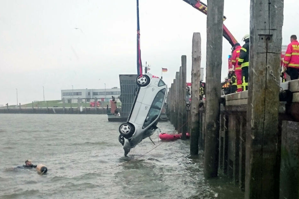 Der Mann saß tot hinterm Lenkrad des Autos, das die Feuerwehr aus dem Hafenbecken zog.