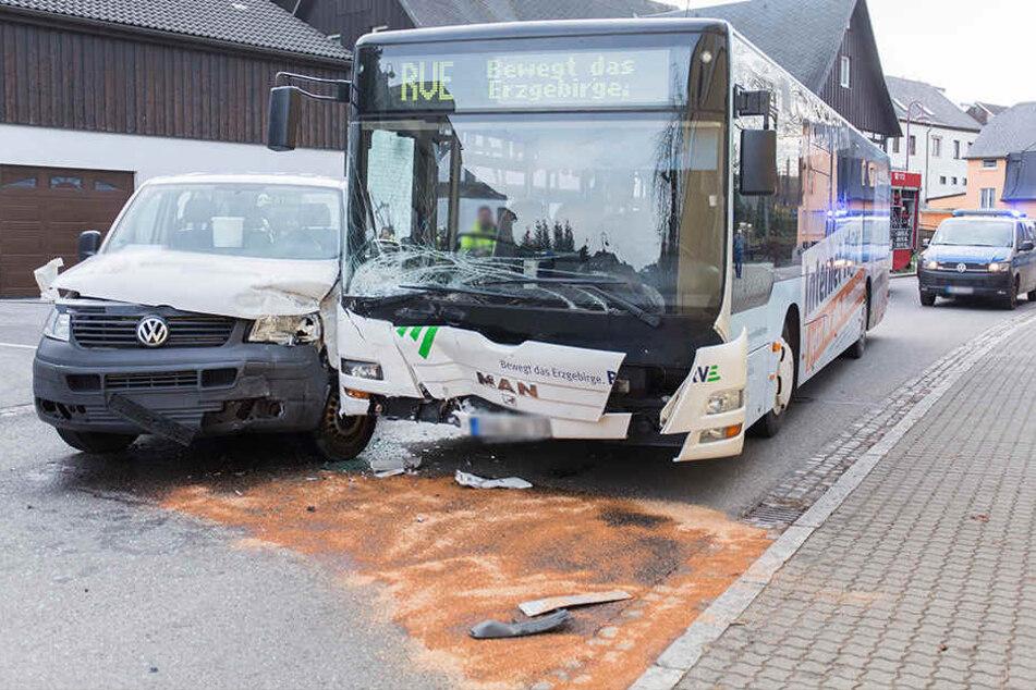 Heftiger Crash im Erzgebirge: Linienbus kracht in VW