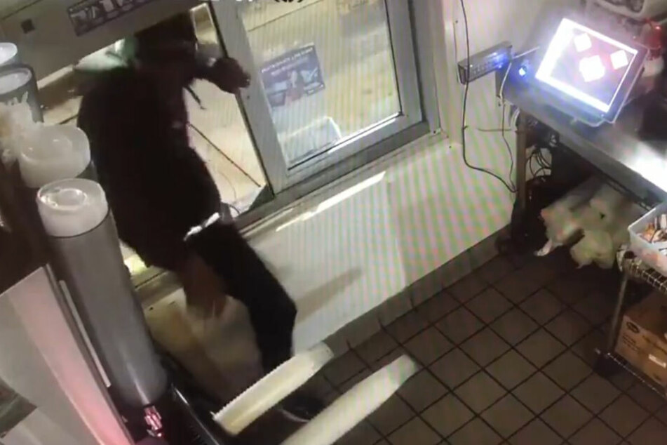 Der unbekannte Mann betritt Taco Bell durch das Ausgabefenster.