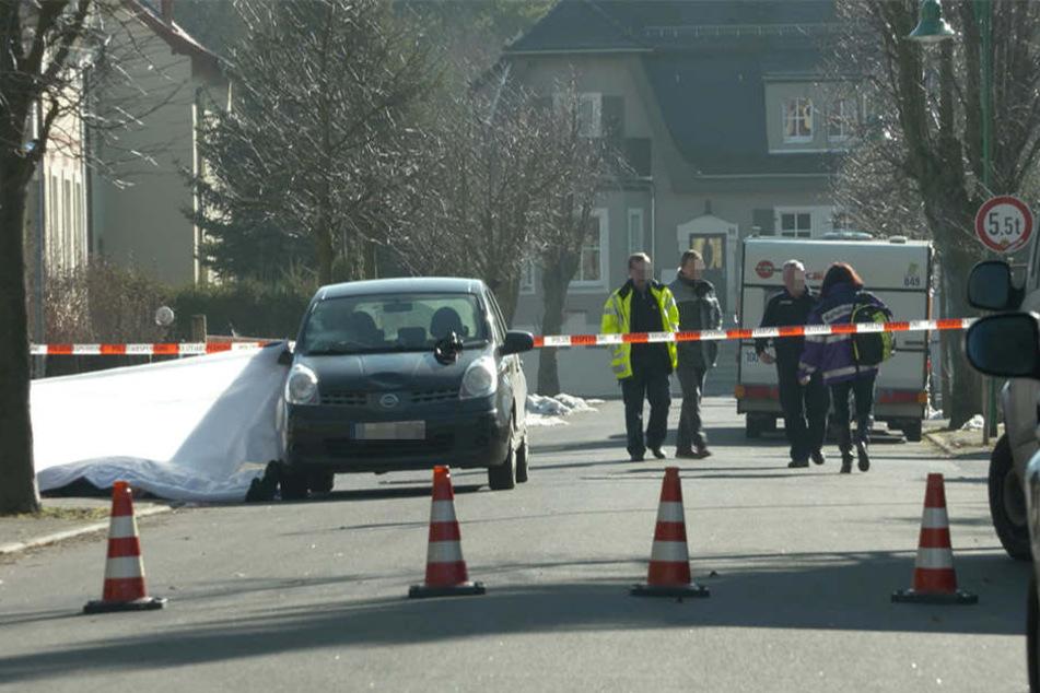 Die Polizei an der Unfallstelle auf der August-Bebel-Straße in Naunhof.