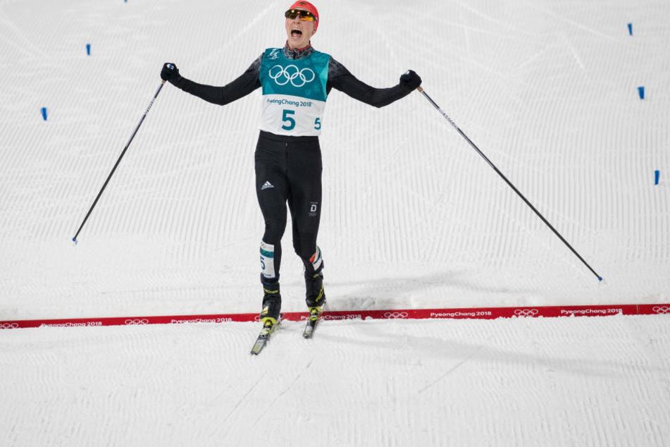 Eric Frenzel aus Deutschland fährt als Erster ins Ziel.