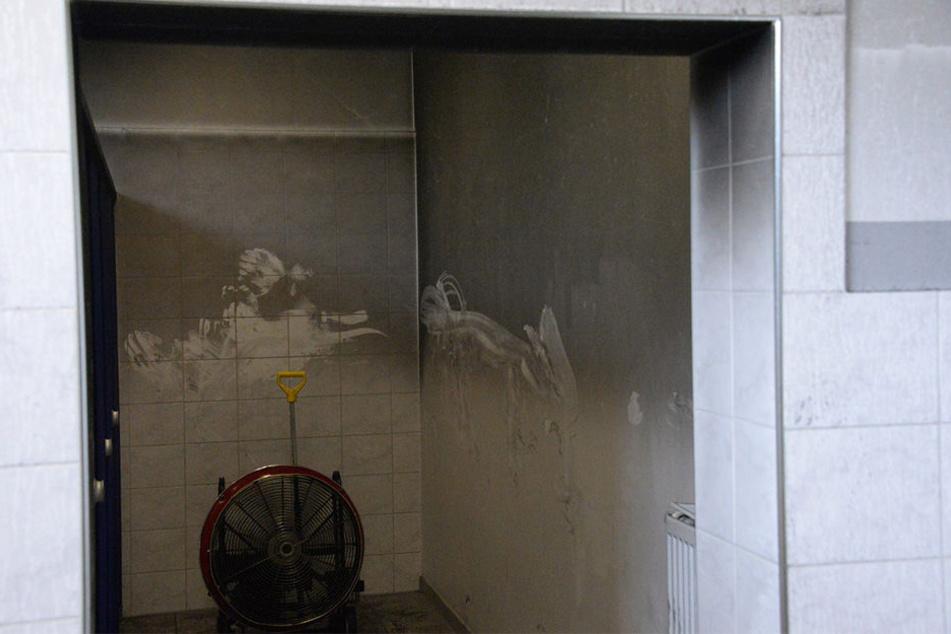 Belüftungsgeräte sollten den Rauch aus den Räumen drücken.